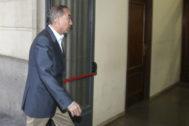 El juez instructor del 'caso Invercaria', Juan Gutiérrez Casillas, entrando en el juzgado de Sevilla.