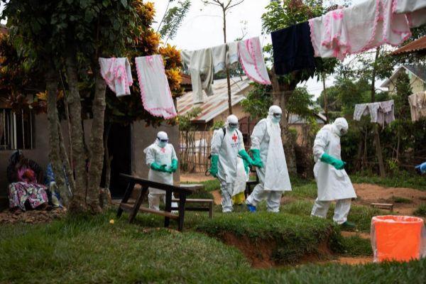 Miembros de la Cruz Roja y de los equipos de entierros dignos pero seguros (SDB) en Beni, República Democrática del Congo.