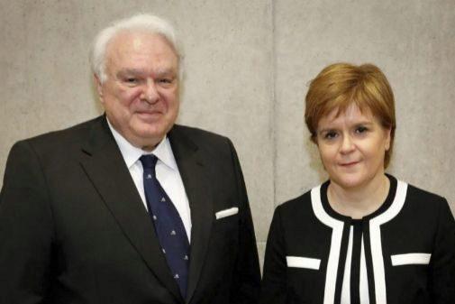 Miguel Ángel Vecino junto a Nicola Sturgeon, ministra de Escocia.