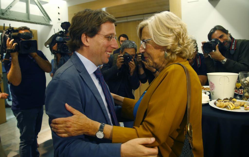 Martínez-Almeida charla con Manuela Carmena.