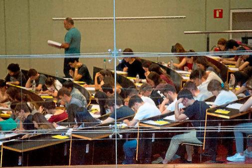 Alumnos catalanes durante la prueba de selectividad en Barcelona