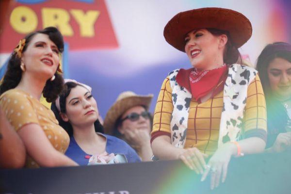 Una mujer disfrazada de Woody en la 'premier' de Toy Story 4.