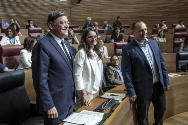 Ximo Puig, junto a Mònica Oltra y el portavoz de Podemos, Ruben Dalmau.