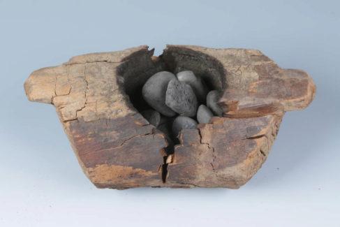 Brasero de madera hallado en el yacimiento y usado para consumir la marihuana.