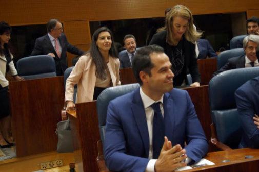 Ignacio Aguado (Cs), en primer término, y Rocío Monasterio (Vox), detrás, en la constitución de la Asamblea de Madrid.