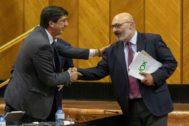 El portavoz de Vox en el Parlamento andaluz, Alejandro Hernández, saluda al vicepresidente de la Junta y presidente de Ciudadanos en Andalucía, Juan Marín.