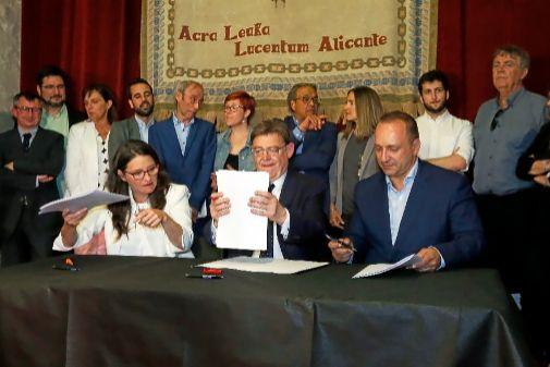Mónica Oltra, Ximo Puig  y Rubén Martínez Dalmau, ayer en Alicante junto al equipo de negociadores.