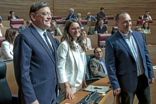 Puig, Oltra y Dalmau, ayer, en las Cortes tras llegar al acuerdo.