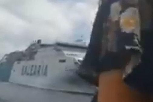 El buque 'Bahama Mama', de Baleària, navega en dirección al 'Kontiki...