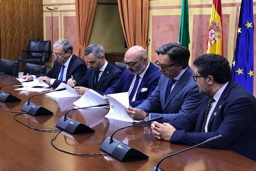 Los consejeros Juan Bravo y Rogelio Velasco firman, junto a los representantes de Vox, el acuerdo que desbloquea el presupuesto.