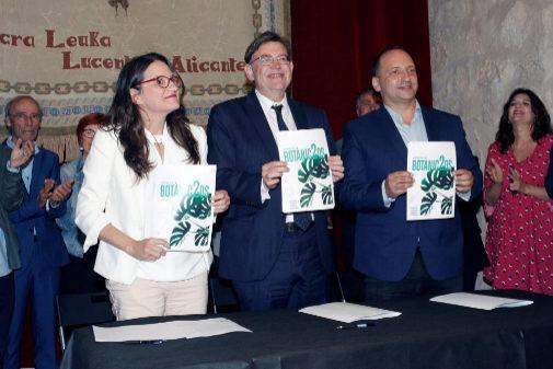 Mónica Oltra, Ximo Puig y Rubén Martínez Dalmau, tras la firma del pacto Botanic II, en un acto en Alicante