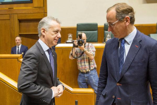 Alfonso Alonso conversa con el lehendakari en un pleno del Parlamento.