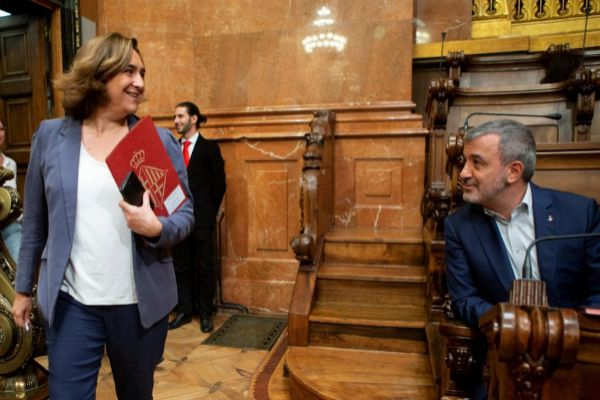 Ada Colau y Jaume Collboni, durante el último pleno del mandato