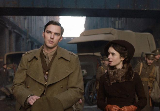 Edith (Lily Colins), junto a su marido J.R.R Tolkien (Nicholas Hoult).
