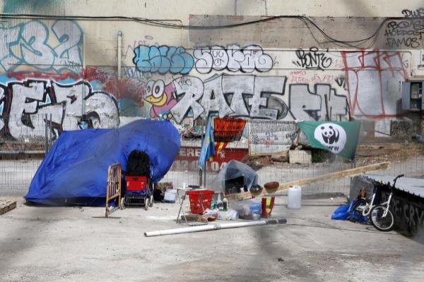 Un campamento improvisado por personas sin hogar en un descampado junto al Arco del Triunfo, en Barcelona.