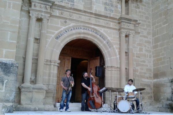 Concierto en la puerta de la iglesia de Quintanilla de la Ribera