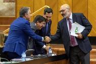 El portavoz de Vox, Alejandro Hernández, ayer junto a Juanma Moreno, Juan Marín y Elías Bendodo tras anunciar la retirada de la enmienda a los presupuestos.