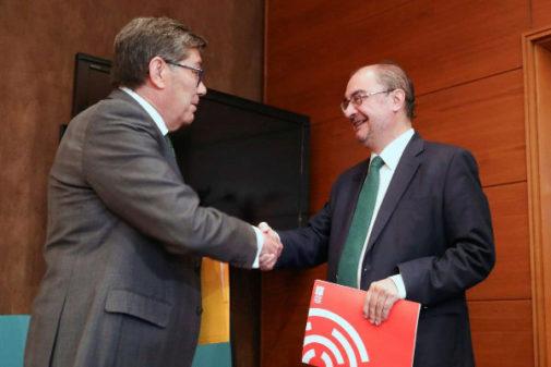 Arturo Aliaga, del PAR, saluda a Javier Lambán, del PSOE