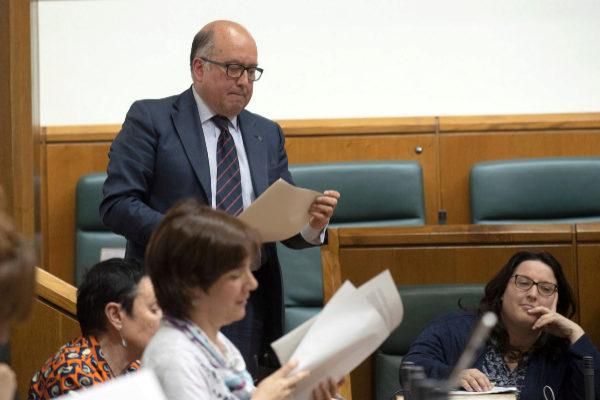 Carmelo Barrio se dirige a defender la moción sobre Amancio Ortega.