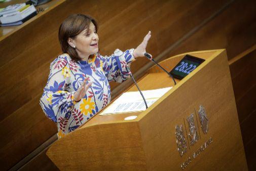 Isabel Bonig, en la tribuna de las Cortes.