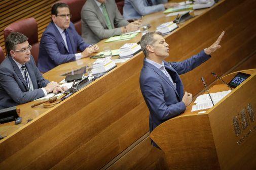 Toni Cantó, en la tribuna de las Cortes bajo la mirada de Enric Morera y Jorge Bellver.