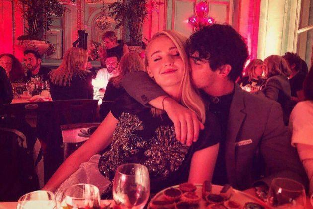 Sophie Turner recibe un beso de Joe Jonas, que en una ocasión intentó besar a la doble de la actriz en Juego de Tronos