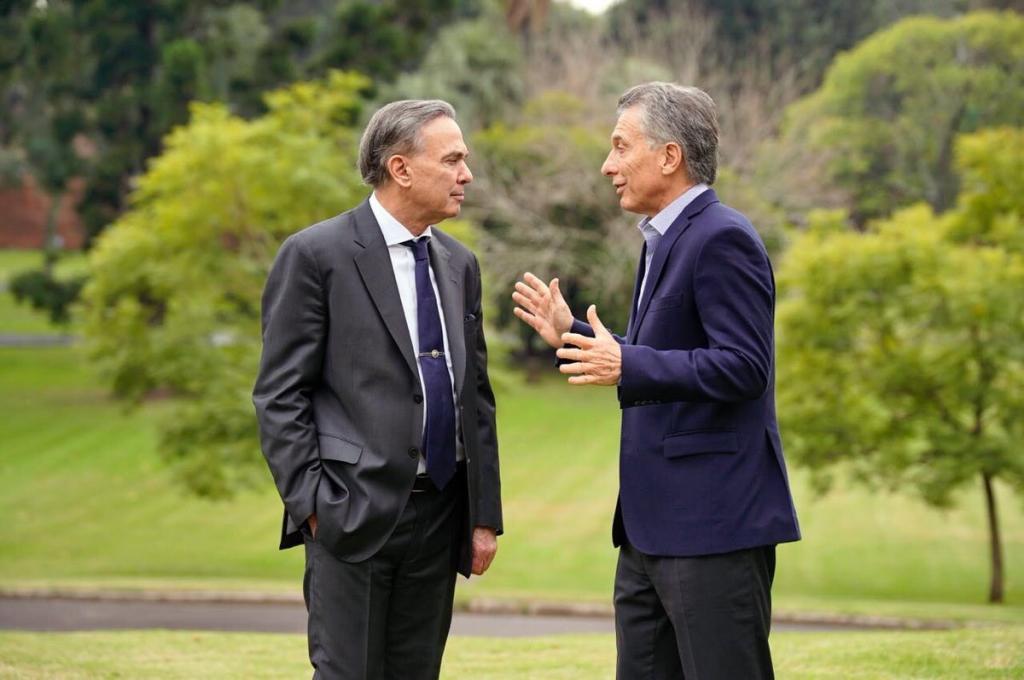 El presidente de Argentina, Mauricio Macri, se reúne con el senador Miguel Ángel Pichetto, el pasado miércoles en Olivos (Buenos Aires).