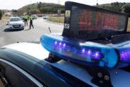Agentes de la Guardia Civil de Tráfico realizan un control de alcoholemia en Alicante