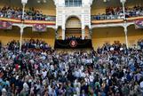 El Rey Felipe (c), acompañado por el ministro de Fomento en funciones, José Luis Ábalos (d), el presidente de la Comunidad de Madrid en funciones, Pedro Rollán (2i) y el diestro Juan José Padilla (i), preside en el palco la corrida de la Beneficencia, esta tarde en la Monumental de Las Ventas, en Madrid.