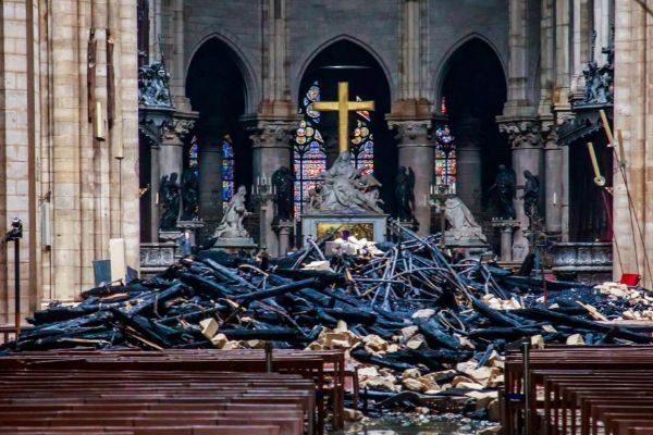 Vista del interior de la catedral de Notre Dame después del incendio