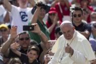 EPA9336. CIUDAD DEL VATICANO (VATICANO).- El <HIT>papa</HIT> Francisco saluda a una multitud de devotos con motivo de la audiencia general que realiza semanalmente, este miércoles en la plaza de San Pedro, en el Vaticano.