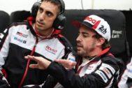 Alonso, con Buemi, en el garaje de Toyota en Le Mans.