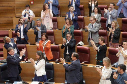 El grupo socialista aplaude a Ximo Puig tras la investidura.