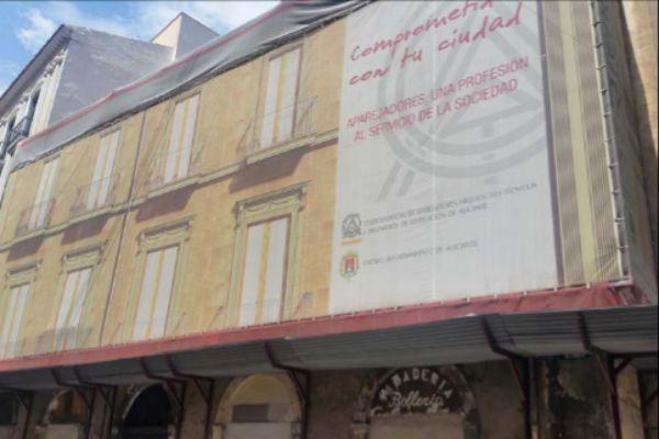 El edificio que los aparejadores han puesto a la venta en Alicante.