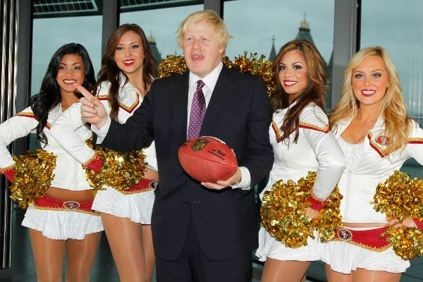 Boris Johnson rodeado de cheerleaders