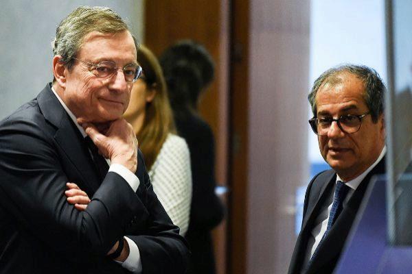 El ministro de Economía y Finanzas de Italia, Giovanni Tria, junto al presidente del BCE, Mario Draghi, hoy en Luxemburgo.