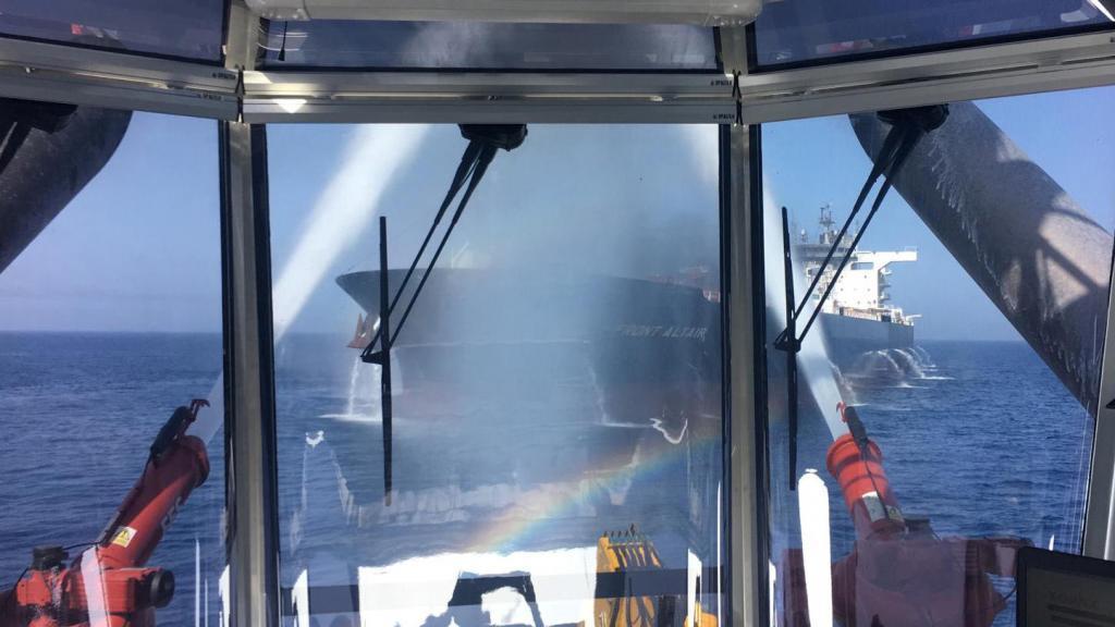 Imagen tomada desde el interior de las embarcaciones de rescate, con vistas al petrolero Front Altair, durante el ataque de ayer en el Golfo de Omán.