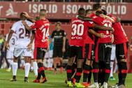 GRAF8071. PALMA.- Los jugadores del <HIT>Mallorca</HIT> celebran la victoria por 2-0 ante el Albacete, tras el encuentro de ida de la fase de promoción a Primera División que se disputó esta noche en el estadio Soin Moix, en la capital balear.