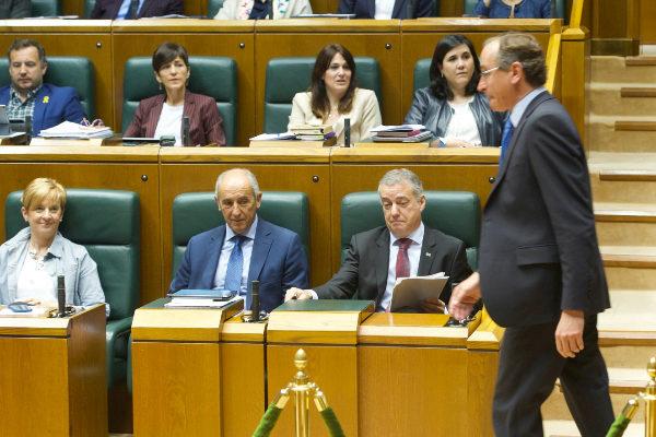 Alfonso Alonso pasa ante los escaños del Gobierno en el pleno de hoy.