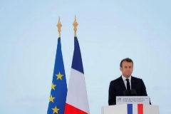 Emmanuel Macron rinde tributo a tres miembros de la Sociedad Nacional de Salvamento en el Mar, en Les Sables-d'Olonne (Francia).