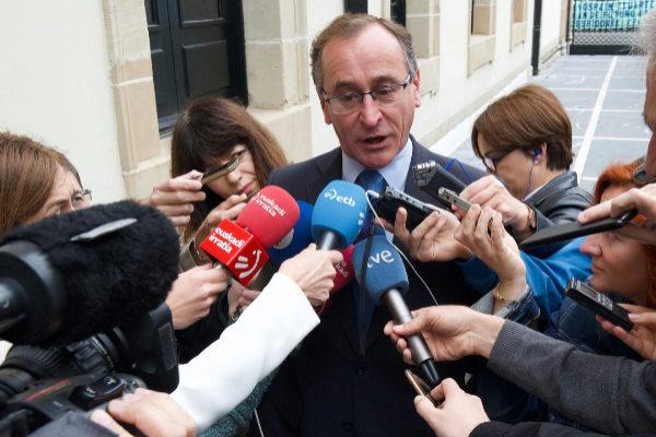Alfonso Alonso a las puertas del Parlamento Vasco.