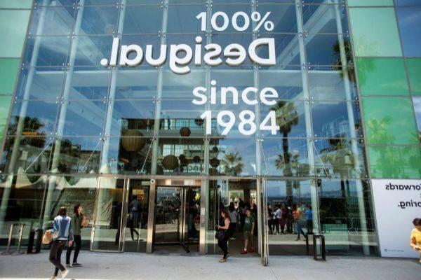 Los exteriores de una tienda de Desigual con el nuevo logo de la marca