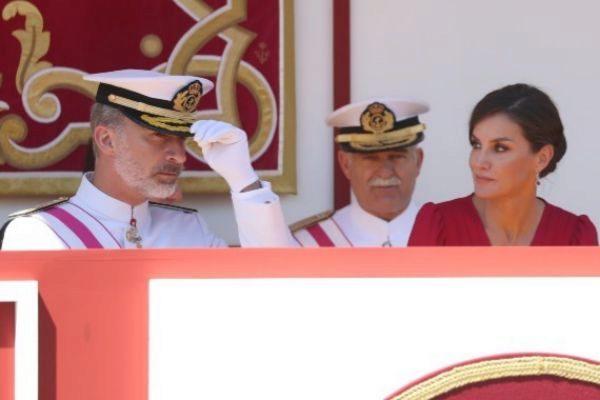 El Rey Felipe VI y la Reina Letizia durante el desfile de las Fuerzas...