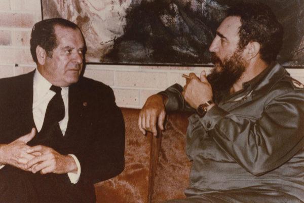 Eduardo Barreiros junto a Fidel Castro, en La Habana, en 1980, cuando fabricaba los motores Taíno en Cuba.