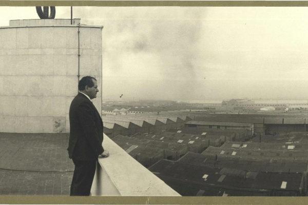 Eduardo Barreiros en la azotea de la factoría Barreiros Diesel en Villaverde (Madrid). Se asentaba en unos terrenos de dos millones de metros cuadrados.