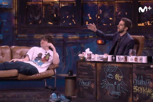 Simon Hanselmann y David Broncano en La Resistencia en Movistar+, donde el invitado se hizo un 'afeitado caliente' al depilarse con un mechero