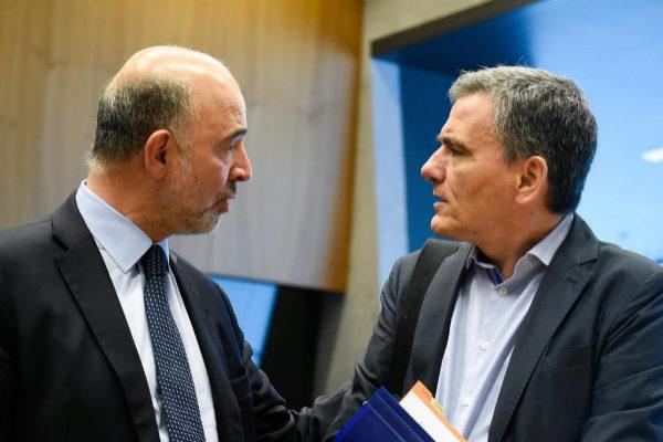 El comisario europeo Pierre Moscovici y el ministro griego de Finanzas, Euclid Tsakalotos.