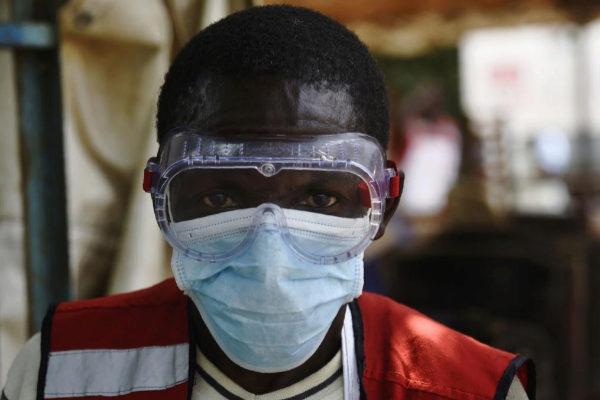 Un sanitario usa elementos protectores en el Servicio de Salud de Mpondwe, en la ciudad fronteriza de Uganda con el Congo.