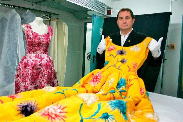 El ex alcalde de Getaria con uno de los vestidos expuestos en el museo del diseñador.