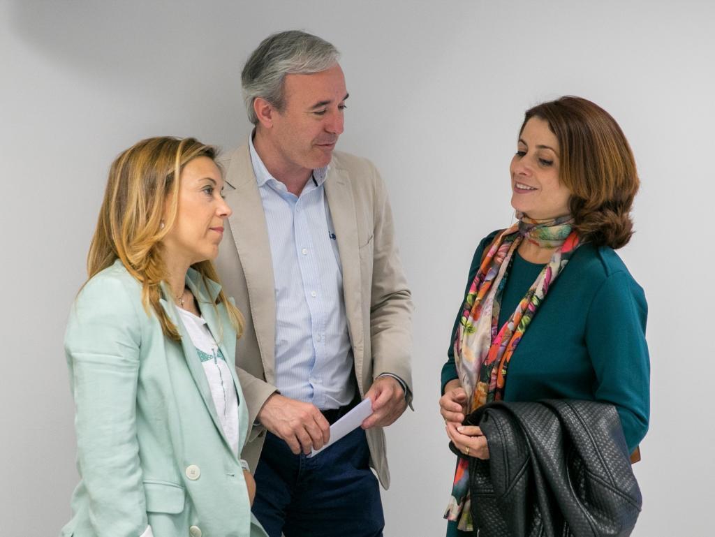 Jorge Azcón, junto a las candidatas del PP a las alcaldías de Huesca, Ana Alós, y de Teruel, Emma Buj.
